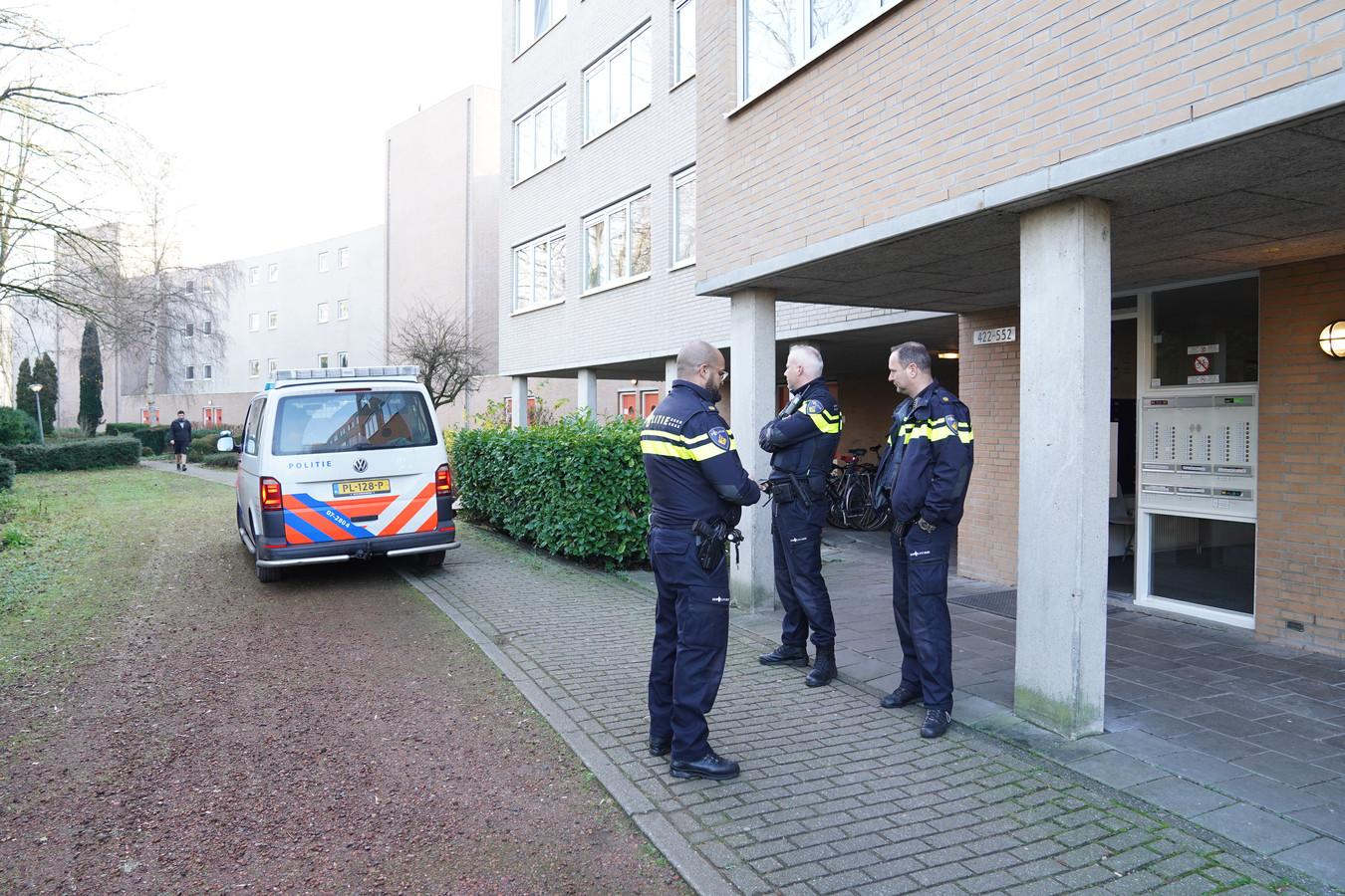 Agenten bij het complex waar de jonge vrouw is doodgestoken.