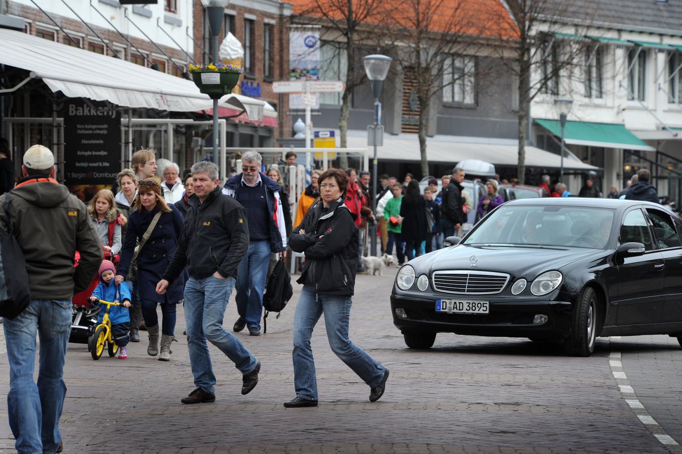 De stadsraad en de Domburgse ondernemersvereniging willen dat het centrum van twaalf uur 's middags tot middernacht autoluw wordt.