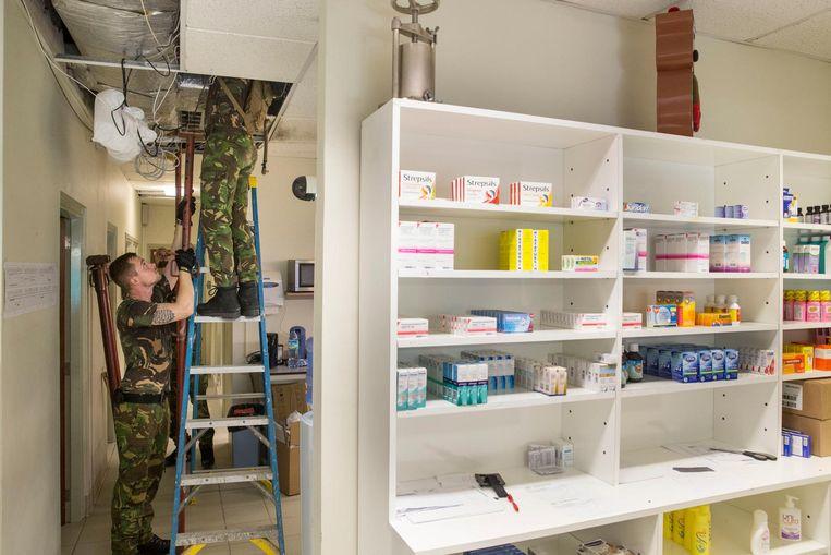 Nederlandse militairen van de genie maken een begin met de reparatie van het dak van het ziekenhuis op Sint Maarten. Het dak is beschadigd door brokstukken die door harde wind van de orkaan Irma zijn meegevoerd Beeld anp