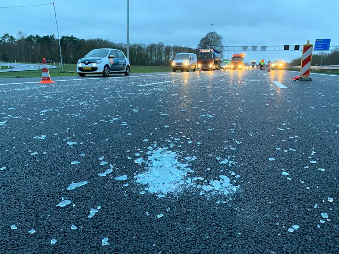 De A1 tussen Apeldoorn en Bathmen lag bezaaid met glasscherven.