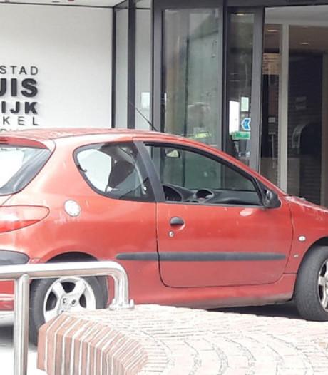 Auto ramt stadhuis Harderwijk, politie gaat uit van opzet
