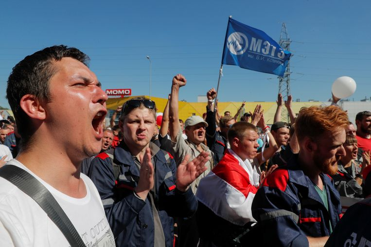 De arbeiders van de staatsfabriek bij het bezoek van Loekasjenko. Beeld REUTERS