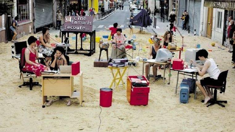 'Strandje spelen' in een straat in Parijs. Varda liet een paar kuub strandzand naar Parijs brengen, en hees medewerksters in strandjurk en bikini. (FOTO'S COLLECTIE FILMMUSEUM) Beeld