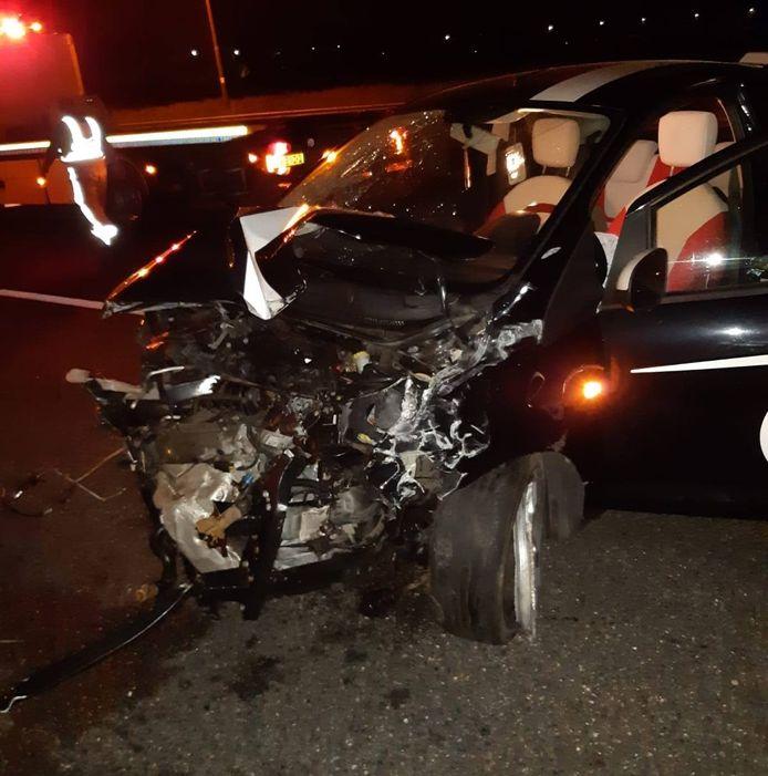 De auto lag na het ongeval volledig in de kreukels.
