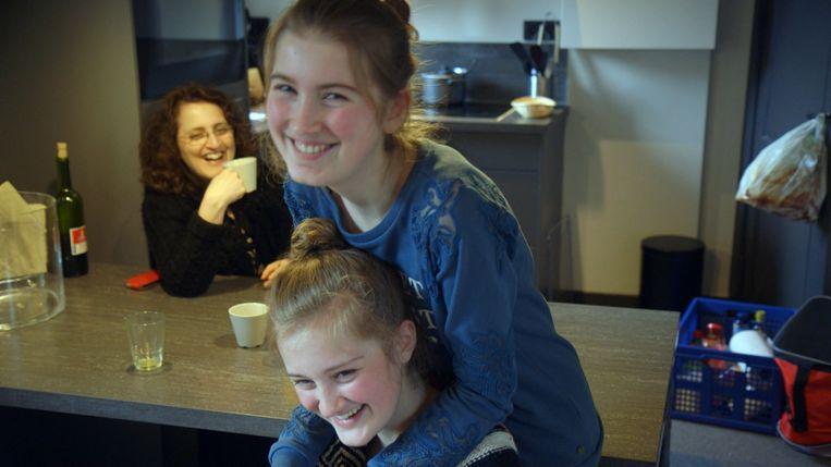 De zusjes thuis. Avigal op de rug bij Noa. Beeld RV
