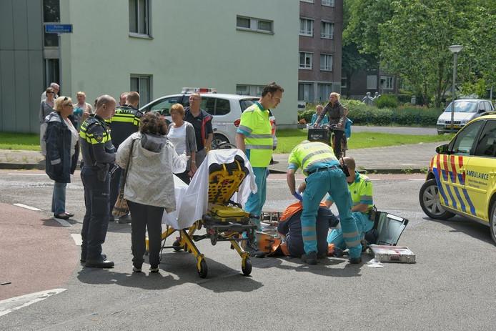 De postbode is per ambulance naar het ziekenhuis gebracht.