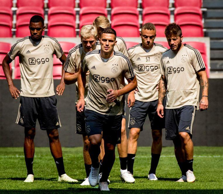 Dusan Tadic met zijn ploeggenoten tijdens de training Beeld anp