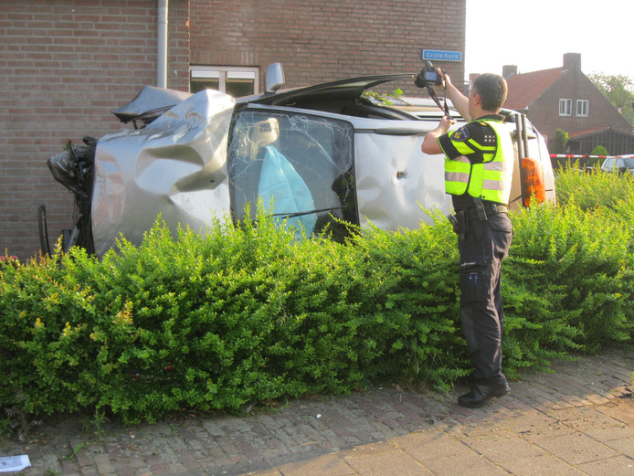 Een politieagent legt het tafereel vast.