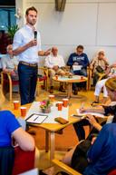 Sven de Langen sprak eerder in 's-Gravenland met bewoners over een mogelijke opvang voor mensen met psychische problemen.