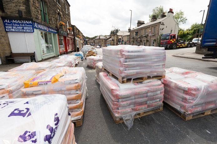 Zandzakken worden aangevoerd aan de hoofdstraat in Whaley Bridge.