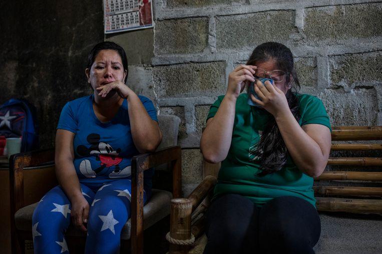 Sarah Fernandez (rechts) is in Manilla teruggekeerd na een vreselijke tijd bij een familie in Saoedi-Arabië. Links haar moeder, die probeerde Sarah terug te laten halen, maar geen medewerking kreeg. Beeld Ezra Acayan