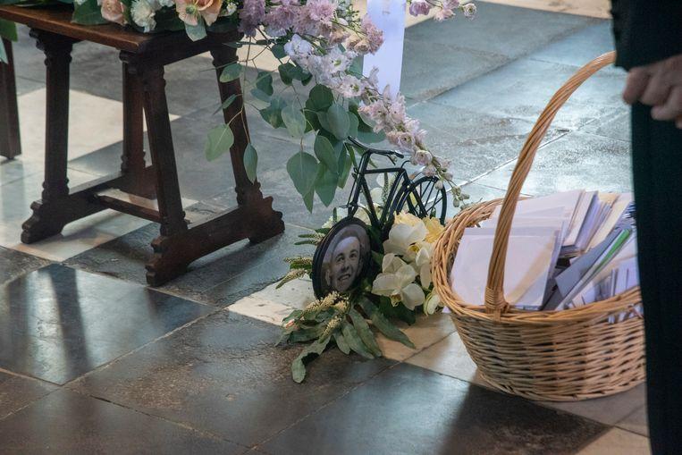 De trouwfoto van Michiel werd verwerkt in het wiel van een fietsje dat in zijn kist wordt gelegd.