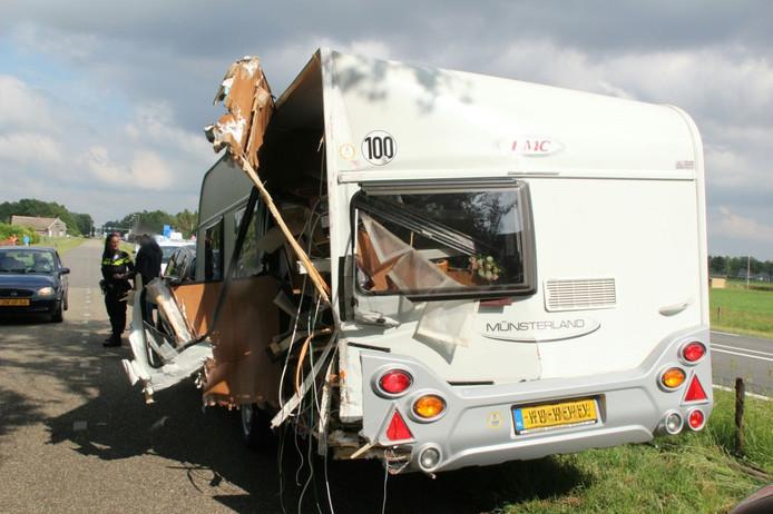 Van de caravan was na de botsing weinig meer over.