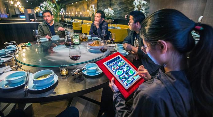 Het menu wordt gepresenteerd op een tablet. Niet te snel bestellen is het devies.