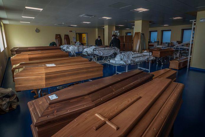 Les cercueils s'entassent dans des pièces, à côté des corps en attente d'être enlevés