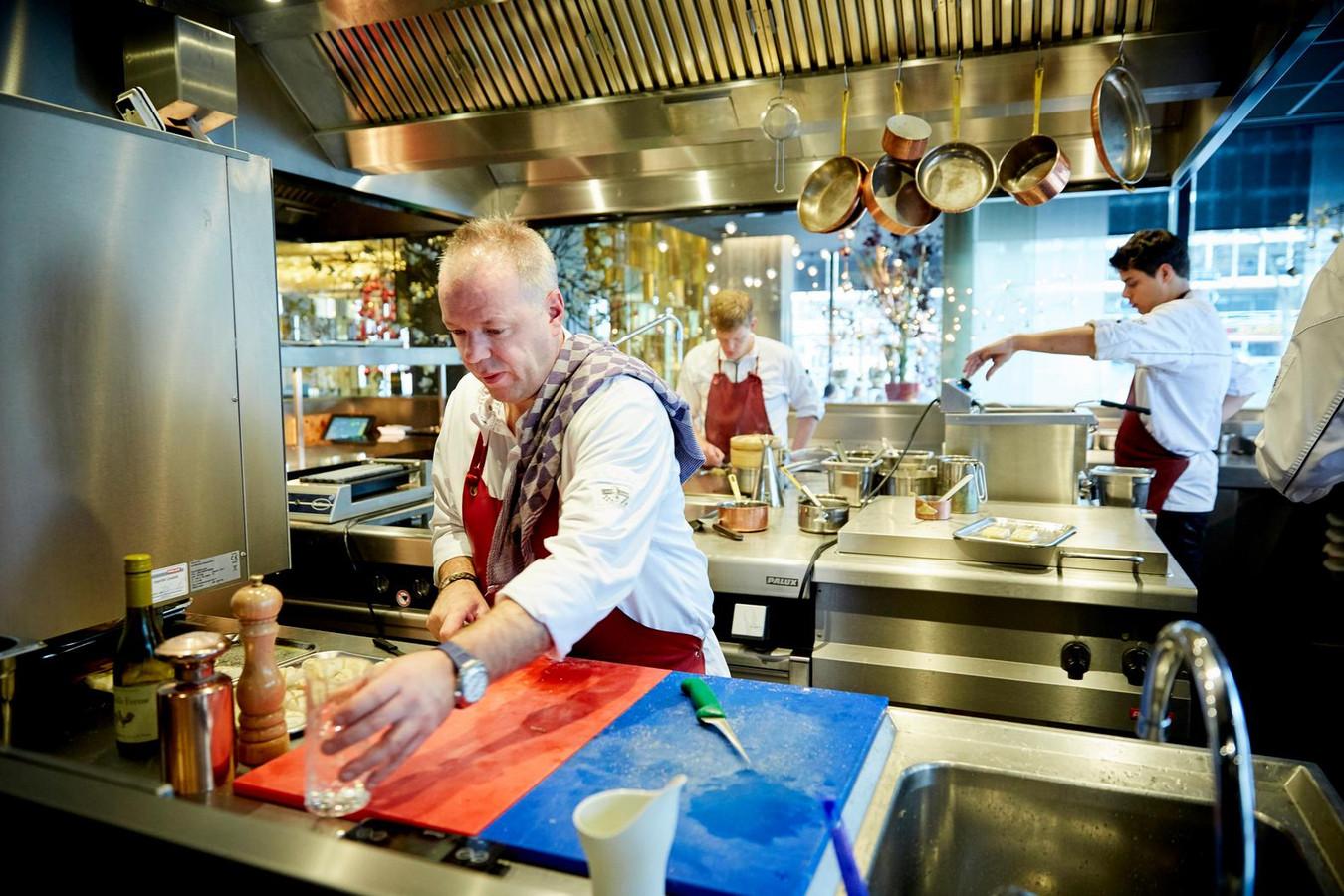 Chefkok Mario Ridder ontvangt nog steeds eters in zijn restaurant Joelia in het Hilton Hotel aan de Coolsingel. Alle eters worden namelijk geregistreerd als hotelgast.