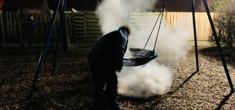 Handhavers blussen brandende schommel in speeltuin Bennekom