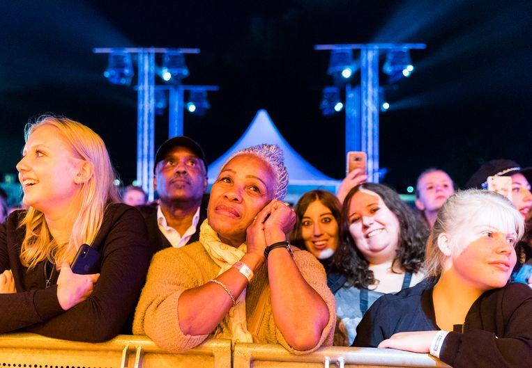 Het publiek kijkt vertederd toe tijdens het optreden van Glennis Grace.  Beeld Jiri Buller