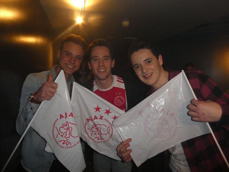 Supporters Jesse Stuiver, Mark van Duijn en Janko van Duin. 'Mag u wel drinken tijdens het werk?' Beeld Schuim
