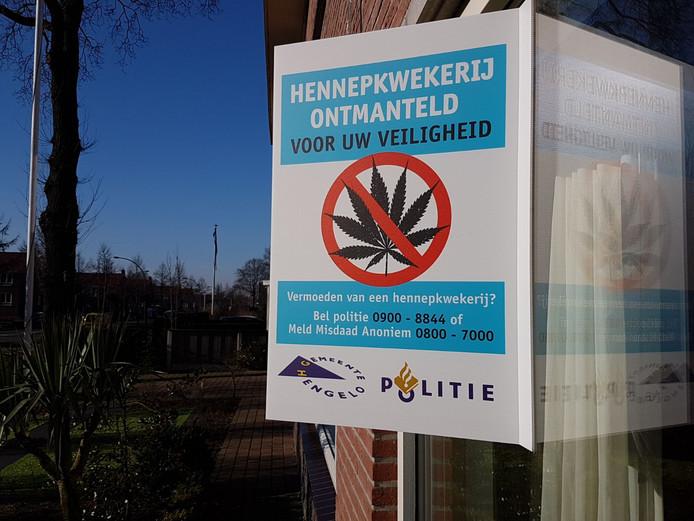 De gemeente Hengelo heeft borden aan de gevels van de ontruimde kwekerijen gehangen.