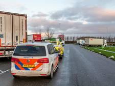 Tweetal springt uit trailer en vlucht weiland langs A16 in