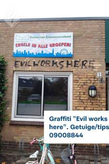 Opnieuw 'evil works here' gekalkt op gereformeerde school in Bunschoten, politie weet in welke hoek dader gezocht moet worden