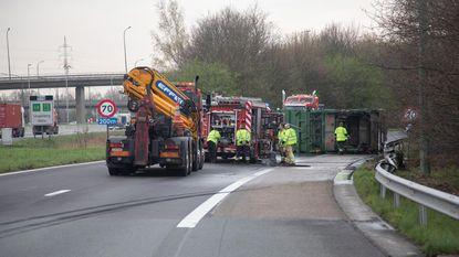Vuilniswagen kantelt op A12