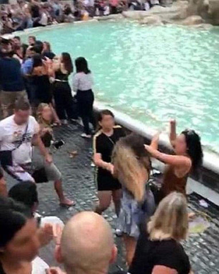 44-jarige Amerikaanse toerist en 19-jarige Nederlandse toerist gaan op de vuist bij de Trevi-fontein Beeld POLIZIA ROMA CAPITALE