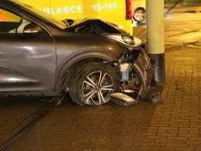 Auto knalt tegen HTM-mast na klapband op stoep