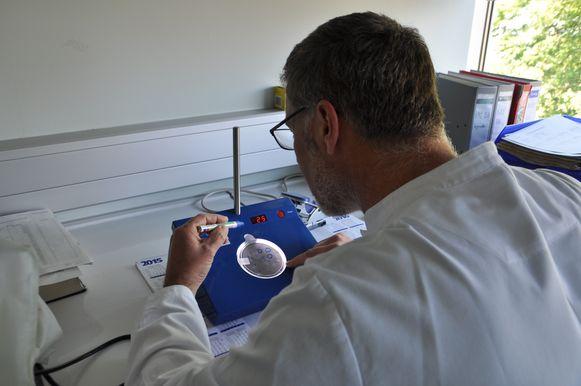 Op de kolonieteller kunnen Tanghe en zijn laboranten op zoek gaan naar de gegroeide Legionella.