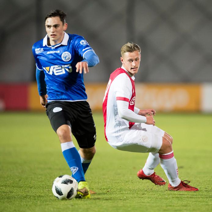 Archiefbeeld van Sam Kersten in duel met Jong Ajax-speler Kai Sierhuis.