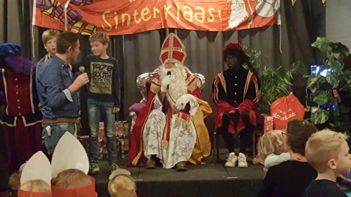 Sinterklaas en een piet bij de intocht in Maren-Kessel.