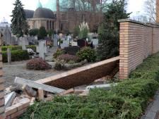 Muur ingestort bij begraafplaats in Waalwijk