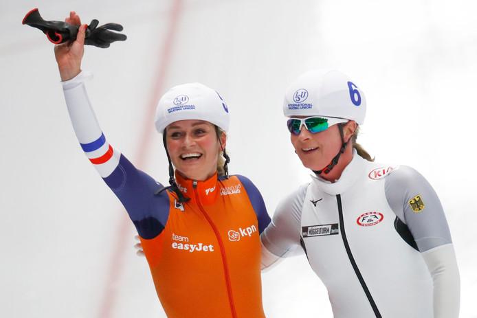 Irene Schouten ontvangt de felicitaties van Claudia Pechstein.