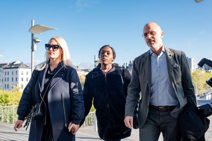 Imanuelle Grives (midden) arriveert met een vriendin en haar advocaat bij de rechtbank in Antwerpen.