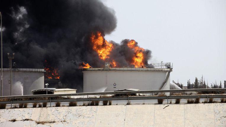 Een brandend oliedepot in de buurt van de luchthaven van Tripoli. Beeld reuters
