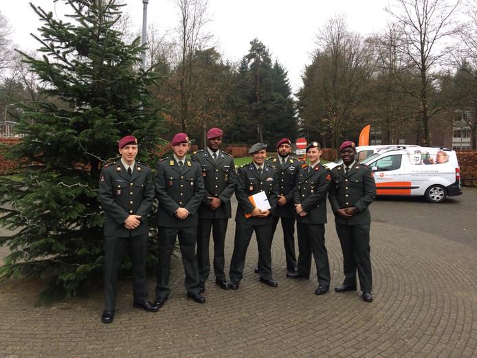 Sergeant-majoor Buddy (midden) met collega's bij zijn diploma-uitreiking bij defensie
