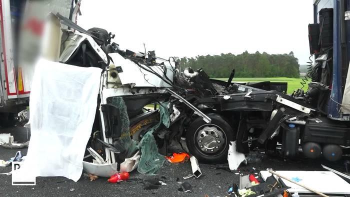 Dodelijk ongeval door botsing van twee vrachtwagens.
