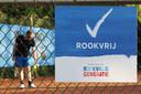 Het tennispark van 't Lobje in Geertruidenberg is compleet rookvrij. Daar worden rokers verwezen naar de parkeerplaats.
