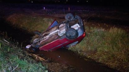 Auto belandt in sloot op Kennedylaan: bestuurster gewond