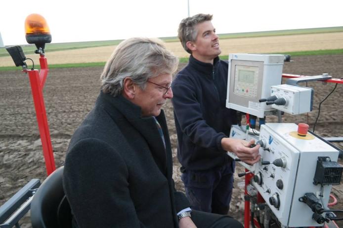 Burgemeester Aucke van der Werff (links) plant de eerste bollen voor het Mondriaan-schilderij van tulpen.