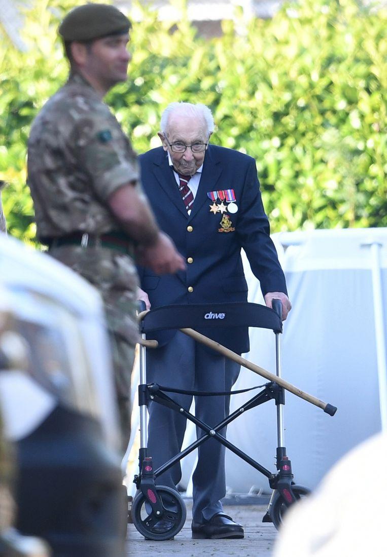 Oorlogsveteraan Tom Moore (99) is beig aan de laatste meters van de sponsorloop in zijn tuin.  Beeld AP