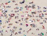 Studenten krijgen les op het strand