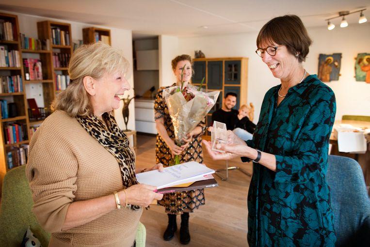 Bette Westera (rechts) wint de Gouden Griffel voor het beste geschreven kinderboek. Beeld Janus van den Eijnden