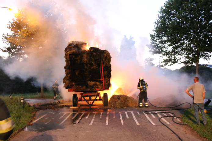 Het vuur kon door het droge hooi snel verspreiden over de aanhanger.