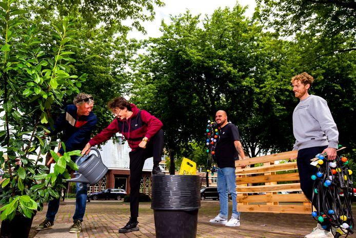 Ron de Jong, Eelco Straathof, Dave Heijnen en Frank Dros (v.l.n.r) op het Noordplein klussen alvast wat aan het enorme terras dat op het Noordplein in Rotterdam moet komen.
