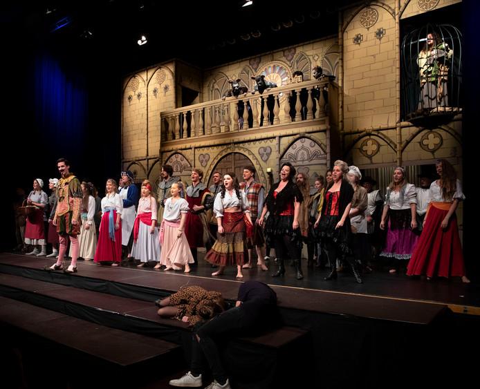 De Somerense toneelvereniging Crescendo speelt De Klokkenluider van de Notre Dame.
