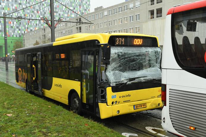 De achterste bus liep schade op aan de voorkant.