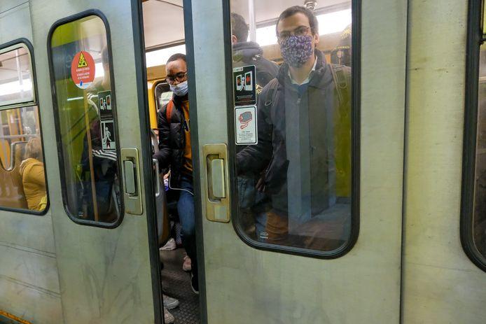 """""""In de metro's, bussen en trams van het MIVB-net zien we al wekenlang dat iedereen als sardientjes op elkaar gepakt zit, ook daar moet dringend iets aan gedaan worden"""", zegt Brussels parlementslid Bianca Debaets."""