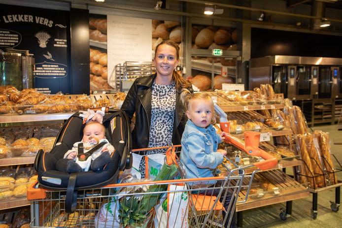 Tineke Weststrate met dochtertjes Laurie en Esmée: 'De Coop is ook een prima supermarkt, maar hier heb ik meer keus.'
